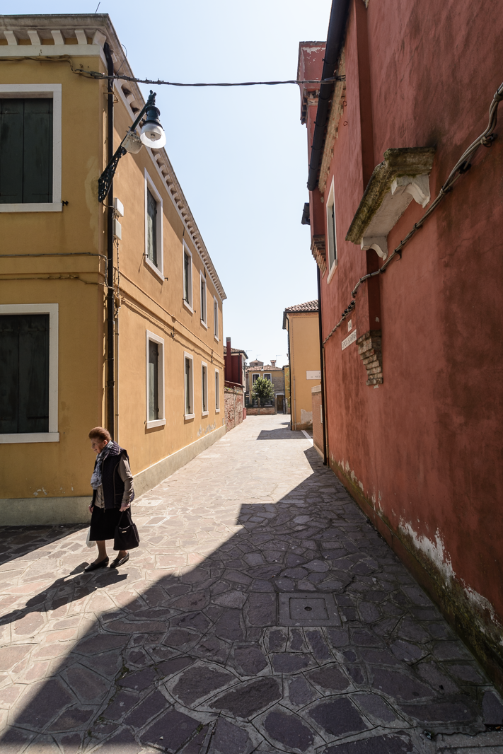 Signora di Colore - street travel photo from Burano, Italy 2016